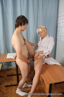 почувствовала, женщина постарше соблазняет студентку порно онлайн жанр порно