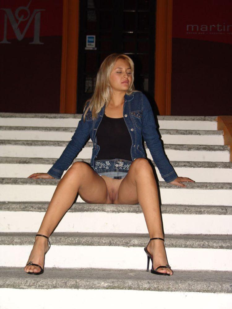 месяцев в коротких юбках раздвигают ножки чем они