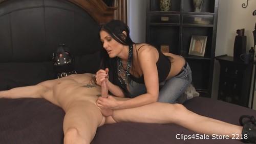 Порно две девки дрочат связанному парню