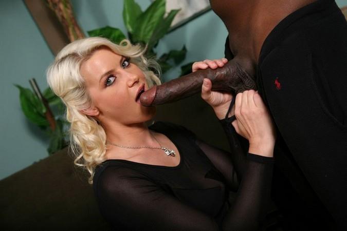 взрослая блондиночка и большой черный член встану
